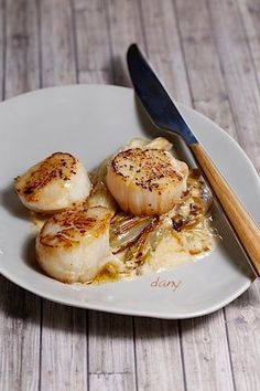 Preparation: 15 min Cooking: 25 min For 4 people: scallops without coral g of butter small endives teaspoon of powdered sugar cl of cream lemon -Salt, pepper Wash and dry the endives. Endive Recipes, Meat Recipes, My Favorite Food, Favorite Recipes, Scallop Recipes, Healthy Recipes For Weight Loss, Scallops, Fodmap, Cocktail Recipes