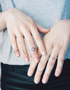 54 exquisite kleine Finger Tattoo Ideen der minimalistischen Tinte f r Frau Tattoos Inside Finger Tattoos, Flower Finger Tattoos, Finger Tattoo For Women, Small Finger Tattoos, Small Girl Tattoos, Cool Small Tattoos, Little Tattoos, Awesome Tattoos, Tattoo Finger