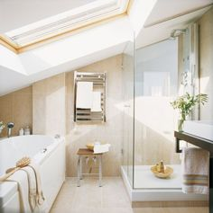 parois de douche en verre et baignoire dans la salle de bains en pente