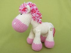 Detaillierte Anweisungen und Bilder helfen Ihnen das Pony zu erstellen. Material: -Strickgarn mit ca. 130m/50g (Polyacryl) oder 100m/50g (Baumwolle)   < 50g weiß  < 50g rosa  Buntgarn für die Mähne  -Füllmaterial (Polyester-Füllwatte)