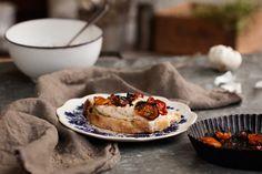 Alla sorters bönor är fantastiskt goda att mixa ihop till en röra och smaksätta med favoritkryddorna. Milda, vita bönor blir supergoda tillsammans med rostad vitlök och syrliga, långsamt rostade tomater.