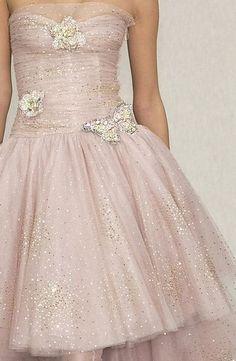 ピンクのドレスにシャンパンゴールドの蝶々を留めて…♡女の子らしさ爆発のシャネルドレス! ハイブランドのカラードレス・花嫁衣装まとめ。