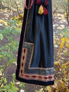 Enestående vakker beltestakk skreddersydd ved Sømatelier Kirsten S. Anker, Høvik. Passer til person 174 cm høy, +-. Unikt valg av tekstil på liv, og pyntebånd langs skjørtekant og på forkle, så det finnes ingen tilsvarende beltestakk. Kan syes inn eller ut. Selger stakk, forkle, to stk skjorter, én i rød velur og én hvit linskjorte med broderi, et stk hårbånd, et belte, en sølje á 5cm i diamete... Folk Costume, Costumes, Edwardian Dress, Norway, Culture, Vintage, Color, Clothes, Beautiful
