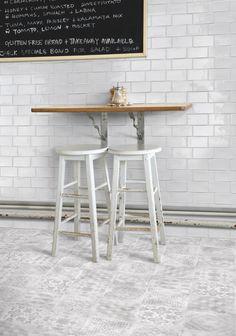 Betonbrick: White glossy 7,5×15 on wall + Betonepoque White-Grey patterns mix on…