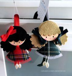 Diadema forrada con aplique de muñequita exclusiva Caramel Sweet Doll Escocesa. Tamaño 8 cm. Opcional en el desplegable: Diade...