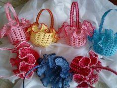 Nós e Linhas: IDÉIAS LINDINHAS Thread Crochet, Crochet Doilies, Crochet Flowers, Crochet Lace, Crochet Stitches, Loom Knitting, Knitting Patterns, Crochet Patterns, Accessoires Barbie