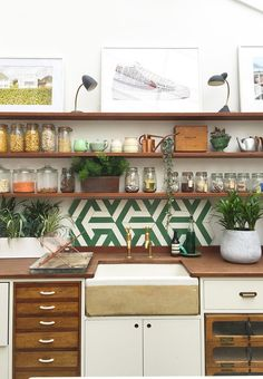10 compositions pour enluminer votre cuisine blanche – Vintage Home Decor Küchen Design, Tile Design, House Design, Interior Design, Design Ideas, Design Model, Garden Design, Kitchen Shelves, Kitchen Tiles