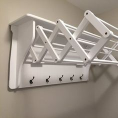 With its accordion design and 5 hanging hooks, this essential drying rack lends ample space for airing out towels, shirts, blouses, and more.<br/>