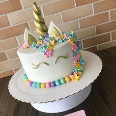Flowers using the frozen buttercream technique could be cool.Unicorn cake my daughter made one like this for my granddaughters birthday. I loved the colored layers inside. Unicorn Birthday Parties, Unicorn Party, Buttercream Techniques, Mousse Au Chocolat Torte, Unicorn Foods, Unicorn Cakes, Savoury Cake, Cakes And More, Cake Designs