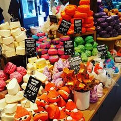 22 Secrets Lush Employees Will Never Tell You That smell genuinely cures all hangovers. Lush Cosmetics, Handmade Cosmetics, Beauty Care, Diy Beauty, Beauty Tips, Beauty Hacks, Bath Booms, Lush Store, Lush Bath Bombs