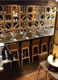 """Escaliers Décors® (www.ed-ei.fr) a fabriqué et installé le bar et l'escalier 1/4 tournant intermédiaire dans le bar à vin, """"Brazier Wine Bar"""" du Chef Mathieu VIANNAY à Lyon. Le choix s'est porté sur un escalier intérieur métallique de caractère ESCA'DROIT® San Francisco - modèle déposé - avec marches Nanoacoustic® pour un escalier tout métal silencieux."""