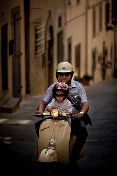 The father and his son on the Vespa scooter. They are so nice! The father and his son on the Vespa scooter. They are so nice! Piaggio Vespa, Lambretta Scooter, Vespa Scooters, Vespa Girl, Scooter Girl, Vespa Px 125, Motos Vespa, Classic Vespa, Italian Scooter