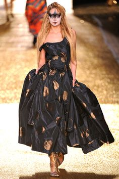 Vivienne Westwood Parigi - Fall Winter Ready-To-Wear - Shows - Vogue. Dolly Fashion, English Fashion, Street Style Edgy, Haute Couture Fashion, Vivienne Westwood, Strapless Dress Formal, Fashion Show, Paris Fashion, Women's Fashion