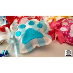 Portachiavi Gattoso Una zampa per aMica, un portachiav morbidosoi a forma di impronta con attaccato tre piccoli campanellini, che ci aiuteranno a trovarlo nella borsa.  Un'idea per un regalo originale!!!  Realizzato in cotone stampato 100%, l'impronta è ricamata, lavabile in lavatrice.  Sono disponibili anche in altre varianti di stampa.  PEZZI UNICI fatti a mano riproducibili