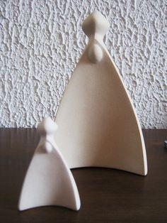 Imagem da Nossa Senhora Aparecida, estilizada, em argila. Tenho a imagem grande e a pequena.