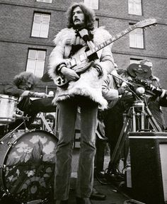 Eric Clapton as member of Cream, at the back of a truck. For the shooting of the film 'It was a Saturday Night'. 60s Music, Music Pics, Blues Music, Eric Clapton Slowhand, Cream Eric Clapton, Jack Bruce, Tears In Heaven, The Yardbirds, Blind Faith