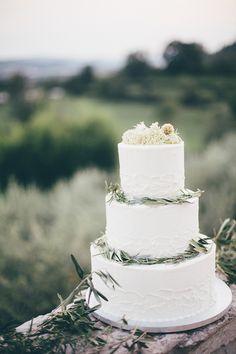 #weddingcake #hochzeitstorte Hochzeitstorte weiß - Mediterran Heiraten in Italien | Hochzeitsblog The Little Wedding Corner