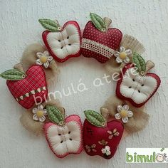 Cute idea for kitchen wreath. Felt Crafts Patterns, Fabric Crafts, Sewing Crafts, Sewing Projects, Handmade Crafts, Diy And Crafts, Arts And Crafts, Apple Decorations, Fabric Wreath