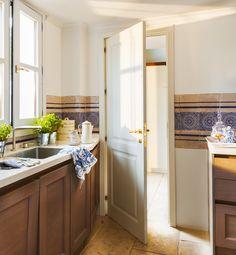 Cocina con cenefa de azulejos