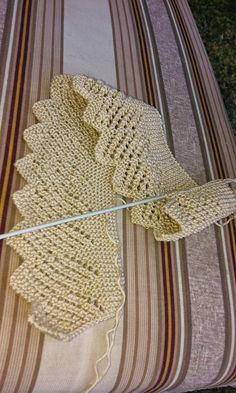 Blonda (Fine Lace Edging) ~ Full instructions in Spanish. Batones con encanto by Lusi Knitting Charts, Lace Knitting, Knitting Stitches, Knitting Designs, Knitting Patterns, Crochet Patterns, Start Knitting, Col Crochet, Crochet Baby