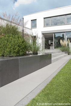 Moderne Terrassenumrandung und Hangbefestigung mit... - #bank #Hangbefestigung #mit #Moderne #Terrassenumrandung #und