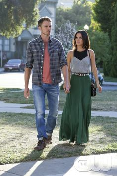 """Hart of Dixie -- """"Something to Talk About"""" -- Image Number: HA309a_0607b.jpg -- Pictured (L-R): Wilson Bethel as Wade and Rachel Bilson as Dr. Zoe Hart -- Photo: Mike Yarish/The CW -- � 2013 The CW Network, LLC. All rights reserved. pn"""