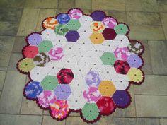 Tapete redondo em barbante de excelente qualidade. Em destaque: squares coloridos hexagonais emendados na forma de um circulo. Barbante nas cores: cru e várias cores . R$ 86,00