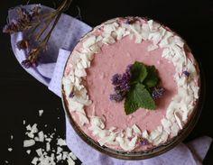 Vždy není čas či chuť na pečení a od toho tu je jednoduchý recept na nepečený kokosový dort s vláčným tvarohovým krémem a korpusem z ovesných vloček a datlí. Dort je bez rafinovaného cukru, sladkost mu dodává med a datle s jahodami. :)   //     Doba přípravy: 1h + čas na chlazení Porce: men