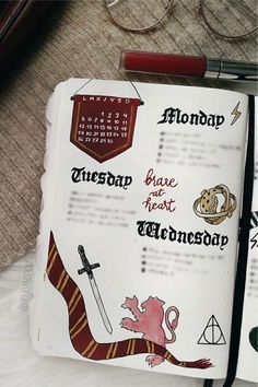 Are you a huge Hogwarts fan looking for some bujo inspiration? These Harry Potter bullet journal spreads will give you some ideas to make your theme perfect Harry Potter Diary, Harry Potter Notebook, Harry Potter Planner, Harry Potter Journal, Bullet Journal Paper, Bullet Journal Notebook, Bullet Journal School, Bullet Journal Inspo, Bullet Journal Ideas Pages
