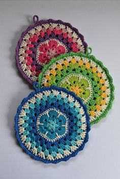 beautiful aftrican f Crochet Potholder Patterns, Crochet Mandala Pattern, Crochet Dishcloths, Granny Square Crochet Pattern, Crochet Flower Patterns, Crochet Round, Crochet Squares, Crochet Home, Diy Crochet