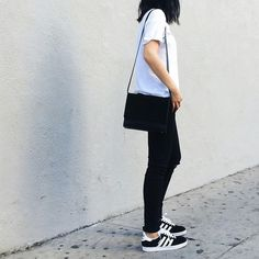 Ideas How To Wear Adidas Gazelle Minimal Chic Without doubt, it is rather tedious Adidas Gazelle Outfit, Adidas Gazelle Black, Basic Style, Style Me, Minimal Chic, Minimal Fashion, Chic Minimalista, Baskets Converse, Style Guides