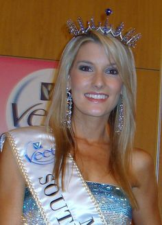 Megan Coleman, the 2006 Miss South Africa Beauty Pagent Winner. The History of Miss South Africa Miss World, Beauty Queens, Pink And Green, Hair Styles, South Africa, People, Rainbow, History, Fashion