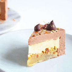 [line]Denne lækre nytårskage er den første i en række af fem nytårsdesserter her på bloggen. Kagen består af en lækker kransekagebund, salt mandelkrokant, en syrlig passionsfrugt-appelsinmousse og den lækreste mælkechokolademousse - en d Danish Dessert, Dessert Cake Recipes, Mousse Cake, Piece Of Cakes, Amazing Cakes, I Foods, Vanilla Cake, Sweet Tooth, Deserts
