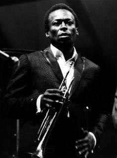 Miles Davis (1926-1991)  miles-davis-LILO_o_tn.jpg 370×500 pixels