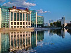 Biblioteca Nationala a Romaniei – Capitolul cel mai important al biografiei Bibliotecii Nationale poate fi considerat  anul 1955 când a fost înfiinţată (prin H.C.M. nr. 1193/ 25.06.1955) Biblioteca Centrală de Stat, ca principală bibliotecă publică a ţării, o instituţie creată pe baze biblioteconomice moderne, având atribuţiile specifice unei biblioteci naţionale, conform standardelor UNESCO. Romania, Skyscraper, Beautiful Places, Building, Modern, Biography, Skyscrapers, Buildings, Architectural Engineering