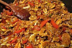 Další varianta chutné masové směsi vhodná k podávání na topinkách nebo opečených toustech. Czech Recipes, Ethnic Recipes, Kung Pao Chicken, Lchf, Paella, Hamburger, Toast, Pork, Food And Drink