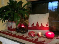 Tischläufer mit roten Bordüre aus Tannenbäumen und Renntieren verziert mit rotem Stempelstoff als Zierband ca. 3,0cm ringsums ca. 1cm eingesäumt  Größe 33/140cm  Qualität 80% BW 20%...