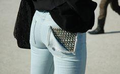 customiser vetement, décoration en studs sur une poche, sac à mains noir