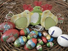 This Quilted Easter chicken pouch is very good Easter gift. Inside the Easter chiken is a chocolate egg. Tämä tilkkutyökanapussi on hyvä . Easter Projects, Easter Crafts, Easter Gift, Chicken Quilt, Diy Ostern, Chickens And Roosters, Quilted Wall Hangings, Mothers Day Crafts, Craft Ideas