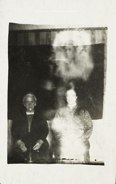 15 phantom photos by William Hope, the pioneer of paranormal photography Haunting Photos, Creepy Pictures, Double Exposition, Ouija, Images Terrifiantes, Spirit Photography, Ghost Photography, National Railway Museum, Ghost Pictures