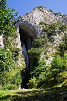 Entrada a la Cueva de La Lece, Álava, Spain