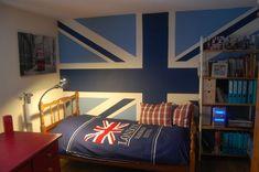 cama de madera en el dormitorio del chico adolescente
