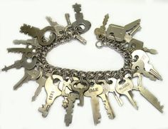 15 Unconventional DIY Projects Made With Old Keys