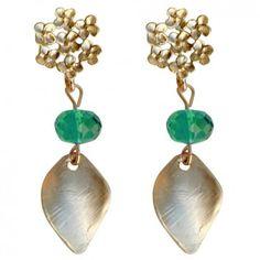 """Ein romantischer Hingucker sind die vergoldeten Ohrstecker """"Lovely - Green Flowers"""" von dem Label Mas Belleza."""