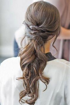 Si elegir vestido de novia es una decisión crucial, elegir el peinado que luciremos el día de nuestra boda también es algo que debemos meditar detenidamente...