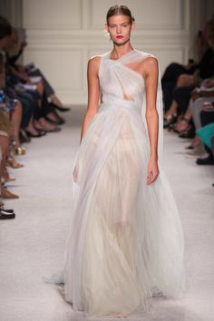 Marchesa' Spring/Summer 2016 fashion collection as seen at New York Fashion Week. Take a look at pictures of Marchesa Spring/Summer 2016 Collection on Arabia Weddings. Couture Mode, Style Couture, Couture Fashion, Runway Fashion, Fashion Show, Couture Week, Fashion Week, Fashion Beauty, Marchesa Spring