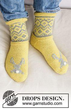 Bunny Hide / DROPS Extra 0-1421 - Skarpetki lub kapcie na drutach z włóczki DROPS Karisma, z żakardem norweskim i haftowanym króliczkiem. Od 35 do 46. Temat: Wielkanoc