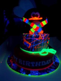 glow in the dark cake Sweet 16 Birthday Cake, Neon Birthday, Paint Splatter Cake, Huge Cake, Sweet 16 Cakes, Neon Party, Cake Images, Yummy Snacks, Themed Cakes