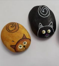 Small painted cats made to order. Send me a photo or description of your cat and have them immortalised on stone! Painted and varnished to last. Approx size x but differs rock to rock. Each one a unique artwork. Painted Rock Animals, Painted Rocks Craft, Painted Garden Rocks, Hand Painted Rocks, Rock Painting Patterns, Rock Painting Ideas Easy, Rock Painting Designs, Pebble Painting, Pebble Art