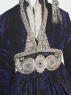 Μπλε βελούδινο γιλέκο Ναουσας.ΕΘΝΙΚΟ ΙΣΤΟΡΙΚΟ ΜΟΥΣΕΙΟ Ancient Greek Costumes, Bollywood Dress, Folk Costume, Embroidery Dress, Wedding Suits, Traditional Outfits, Kaftan, Greece, Fashion Jewelry